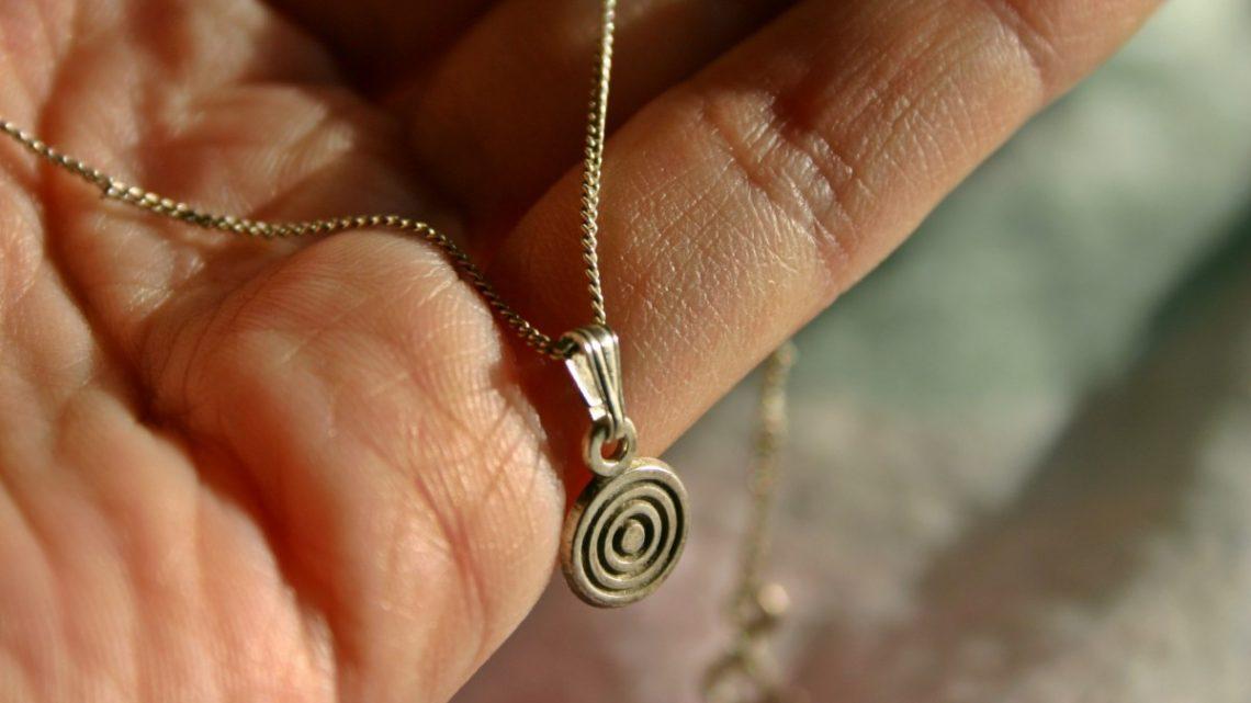 Les essentiels à savoir avant de porter un talisman pendentif